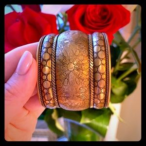 Jewelry - Gold cuff with flower design